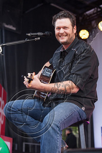 CULVER CITY, CA - DECEMBER 08:  Musician Blake Shelton performs at the JCPenney 12 day holiday giving tour performance at JCPenney on December 8, 2012 in Culver City, California.  (Photo by Chelsea Lauren/WireImage)