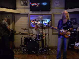 Ben Gatlin Band @ Finz, Matthews, NC 9-27-13 Song by a guy named Merle - Working Man