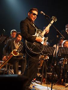 Frank Bjørdal opptrer sammen med Sykkylven Storband