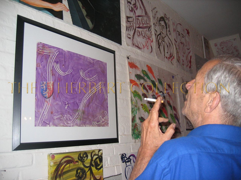 Peter Beard admiring Chosans art