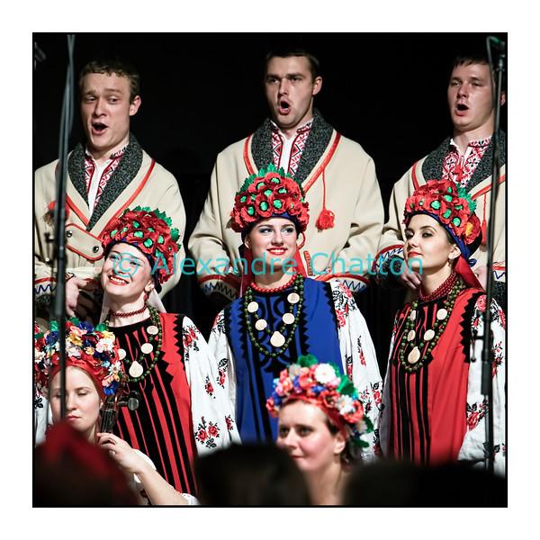 Jeudi 9 décembre 2010: Session Paradiso avec le choeur Kalena au Studio 15 de la RSR à Lausanne.<br /> L'Ensemble Kalena, composé de chanteurs et instrumentistes, est originaire de Poltava, une ville située en Ukraine du Centre, à environ 400 km à l'Est de Kiev.<br /> <br /> Ils sont quatre-vingt-dix musiciens à se déplacer à l'Ouest: c'est le nombre maximum de passagers que leurs deux bus peuvent transporter! Au pays, ils sont au nombre de cent vingt.<br /> <br /> Issus de l'Université Pédagogique de Poltava, ces jeunes enseignants interprètent leur folklore dans le plus pur style de la tradition. Un héritage musical qui est resté intact malgré les années de dictature durant lesquels une grande partie de ces chants se sont retransmis clandestinement, car ils ont été interdits jusqu'à la Perestroïka des années quatre-vingt.
