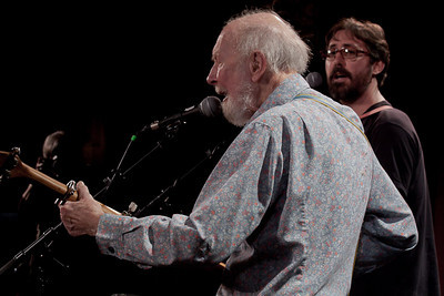 Pete Seeger and Tao Rodriquez at sound check.
