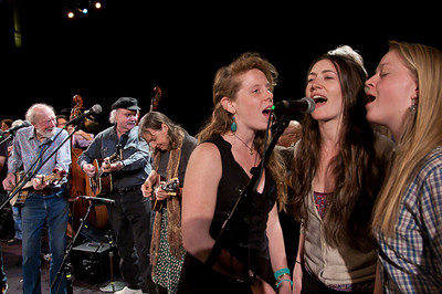 Pete Seeger, Tom Paxton, Molly Mason and Power of Song during the finale.