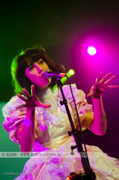 "Kimbra  Photographer: <a href=""http://www.auroradesign.nu"" target=""_wina"">Naomi Rahim</a>  <a href=""http://lifemusicmedia.com"">LIFE MUSIC MEDIA</a>"