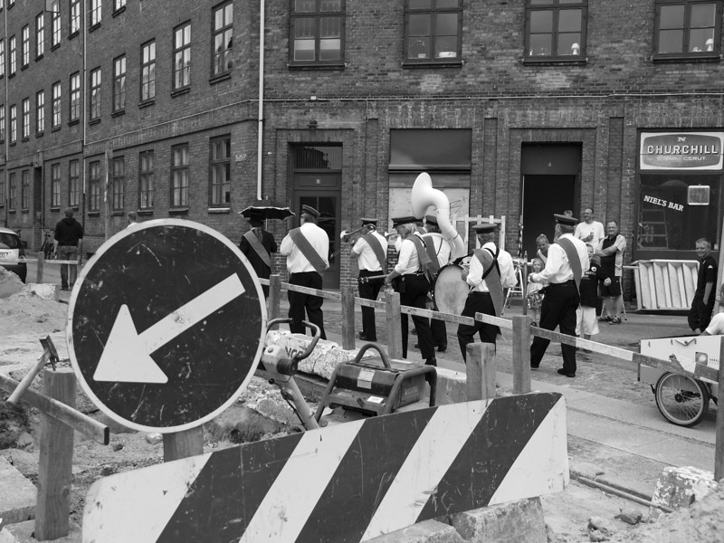 Blockade or Snow, bring out the Show.<br /> New Orleans Paraders i Sigurdsgade.