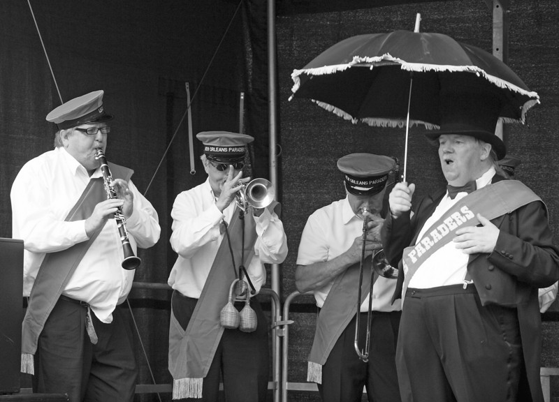 Sun ain´t good to jazz.<br /> New Orleans Paraders i Valhalsgade.