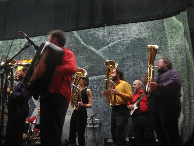 Raif on stage with his band and Zlatne Uste