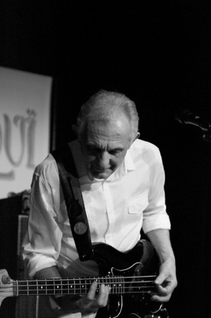 Colin Hodgkinson, playing at L'Inouï, together with Frank Dietz