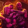 Ivan Moody en meisje uit het publiek - Fiver Finger Death Punch