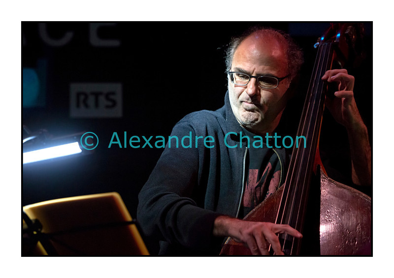 Mardi 4 décembre 2012: le pianiste François Lindemann en concert public au Studio 15 de la RTS à Lausanne avec une partie des musiciens qu'il côtoie depuis des décennies.<br /> Ici, Michel Benita.