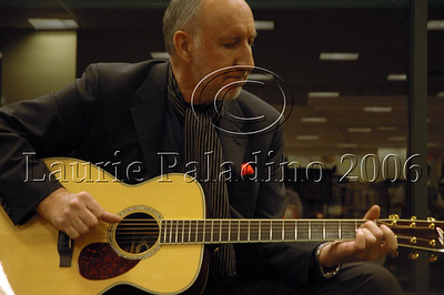 Pete Townshend of The Who performs at an in-store appearance to support partner Rachel Fuller's CD at Barnes and Noble, Los Angeles, CA 11/03/2006.