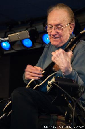 Les Paul performs on April 10, 2007 at Iridium Jazz Club in New York City