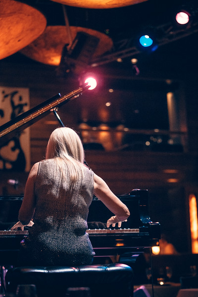 Lisa Hilton LIVE @ Vibrato's Bar and Grill