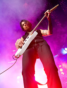 Dave Navarro playing for Janes Addiction.