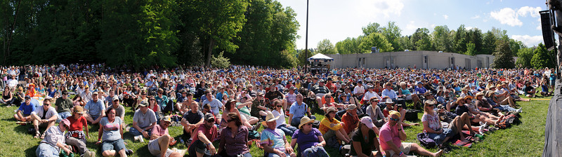 Crowd for the Wallin' Jennys on the Americana Stage @ Merlefest 2011