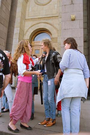 Michael Schenker (The Scorpions) essaie les bottes d'un copain d'une camarade du parti devant l'entrés de l'hotel ...