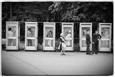 Militaires préposés aux cabines téléphoniques, chargés d'empêcher les espions de téléphoner à leurs ambassades pendant qu'ils ont le dos tourné.... (on reconnaitra Anna Chapman habilement dissimulée en babouchka au premier plan ...)