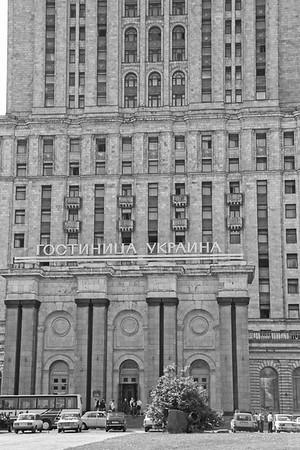 """L'entrée de l'hotel Ukrainia, construit en 1955 et qui fait partie de ce qu'on a appelé """"les 7 sœurs"""" :  7 bâtiments que Staline a fait construire en hauteur dans le but de  concurrencer les gratte-ciel américains."""