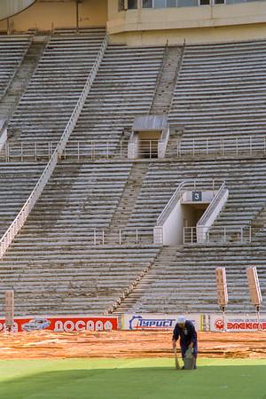 Babouchka nettoyant toute seule le stade .... Le lendemain à mon avis elles étaient plusieurs, ou alors elle n'a toujours pas fini à l'heure qu'il est ...