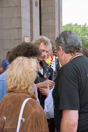 Michael Schenker (The Scorpions) montre dans quel sens tenir une guitare à un fan devant l'hotel ...