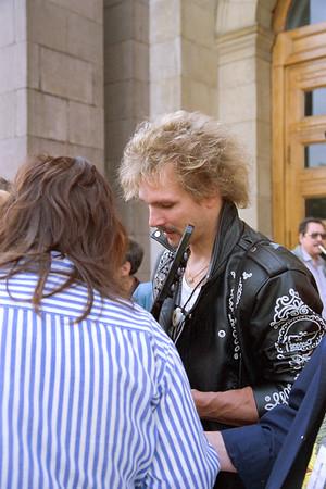 Rudolf Schenker (the Scorpions) montre un plan de guitare pourri à un fan devant l'entrée de l'hotel...