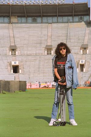 Elie Bénali hardos-chroniqueur-caméraman de l'émission TSR PEROKSTROÏKA se la pète au milieu du stade Lénine (Loujniki) - Moscou, encore vide