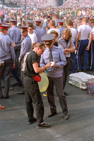 Le Stade Lénine (Loujniki) - Moscou - Public - militaire se faisant signer un autographe par un membre du staff ...