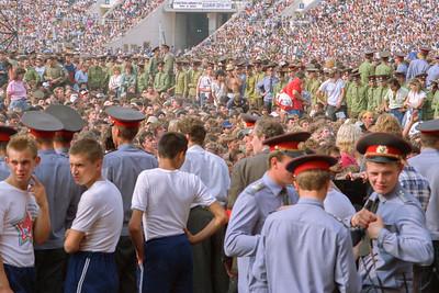 Le Stade Lénine (Loujniki) - Moscou - Public & militaires chargés de quadriller le stade ...