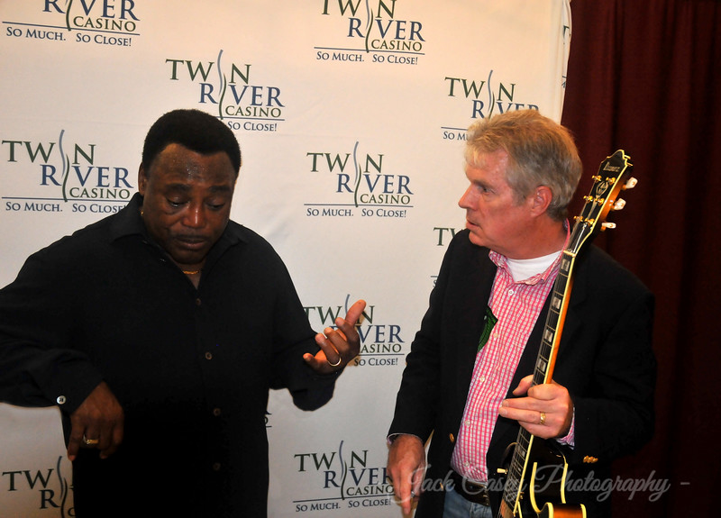 Demonstrating the play and feel of the Ibanez. He advised the 12's for jazz work and the 10s or 11s for a more blues oriented sound.