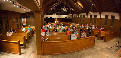 The audience is filling up the church.