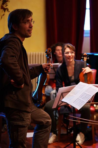 Adrian Pinzaru (violin / violino), Roberta Bua (violin / violino), Corinna Koré Canzian (violin / violino)