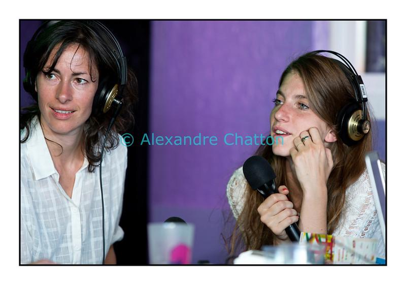 """Mercredi 18 juillet 2012, Paléo Festival: Sonja Glass et Valeska Steiner, du groupe Boy, en interview dans """"La Pravda"""" sur Couleur 3."""