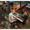 Juillet 2014, Montreux Jazz Festival: le pianiste Neil Cowley sur le stand de la RTS (Radio Télévision Suisse).