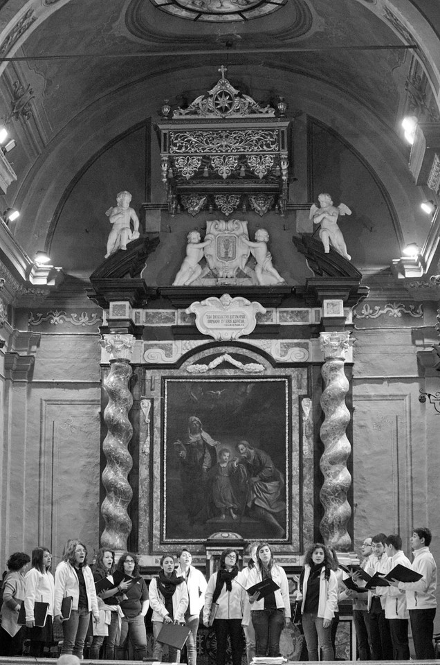 "il coro Gaiamusica<br /> Il dipinto sullo sfondo è la ""Trinità terrestre"" (1666) di Giovanni Francesco Barbieri, detto il Guercino di Cento.<br /> The altar piece in the back is the ""Earthly Trinity"" (1666) by Giovanni Francesco Barbieri, aka Guercino di Cento."