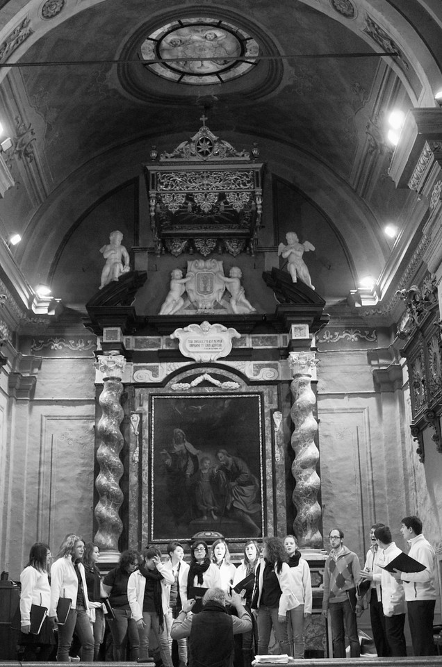 "Renato Contino e il coro Gaiamusica<br /> Il dipinto sullo sfondo è la ""Trinità terrestre"" (1666) di Giovanni Francesco Barbieri, detto il Guercino di Cento.<br /> The altar piece in the back is the ""Earthly Trinity"" (1666) by Giovanni Francesco Barbieri, aka Guercino di Cento."