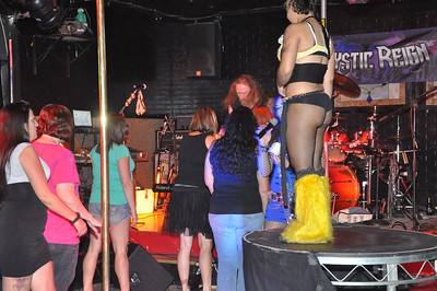 Shimmy Contest at Daisy  Dukes 15 September 2012