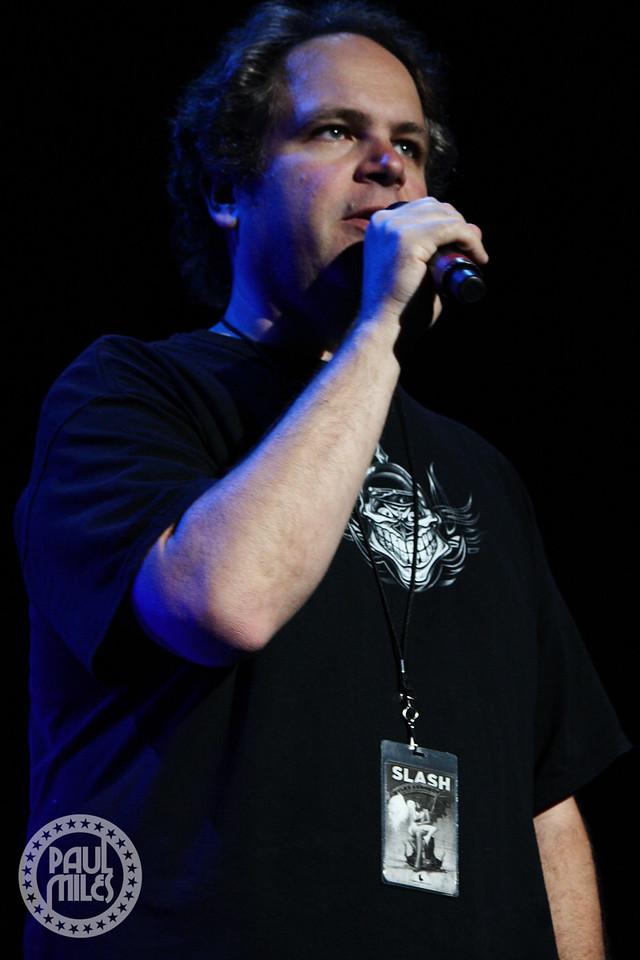 Eddie Trunk introducing Slash to the Hammerstein Ballroom stage.