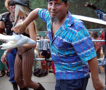 guy-with-dancing-cockatoo189