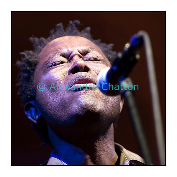 """Rwandais par sa mère, congolais par son père, Lokua Kanza a toujours été bercé par les mélodies africaines. Après un album chanté en français, il revient avec """"Nkolo"""" à ses racines et fait passer toute la beauté et la profondeur de l'Afrique dans ses musiques. Lokua Kanza était en Session Paradiso le jeudi 18 novembre 2010 au Studio 15 de la RSR à Lausanne. Les musiciens: LokuaKanza (voc, g), Didi Ekukuan (b), Pathy Molesso Ebila (g), Mafwala Komba (dr), Malaika Lokua (bvoc)."""