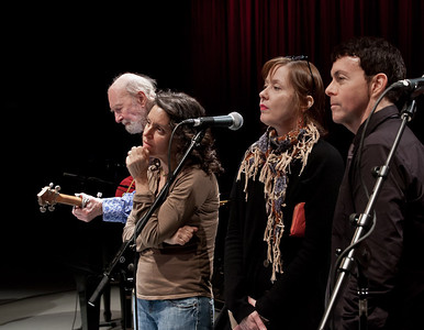 Pete Seeger, Lucy Kaplansky, Suzanne Vega and Richard Barone at sound check.