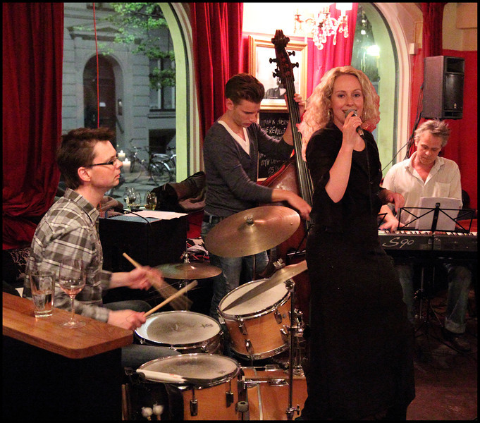 "Light and Easy.. Vocalist <a href=""http://www.mettelethan.dk/"">Mette Lethan</a> with the <a href=""http://www.myspace.com/thomaswalbum"">Thomas Walbum Trio</a> at Tango y Vinos bar."