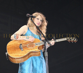 Beautiful Taylor Swift sings to a sold out crowd at nassau Coliseum, May 15, 2010