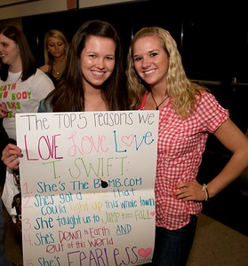 Courtney Wiesman and Mary Miller of Miami University at Taylor Swift