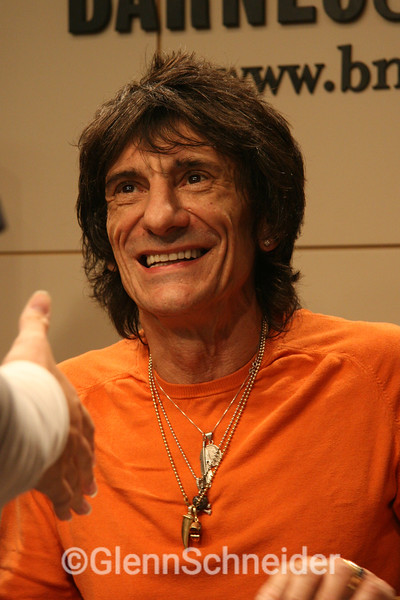 Ron Wood at Barnes & Noble in NYC signing his new book, Oct 31, 2007