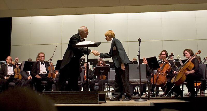 Torsten and Maestro Shover shaking hands.