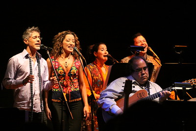 """coro en el concierto de Iván """"El Negro"""" Alvarez, con Aquiles Báez en la guitarra."""