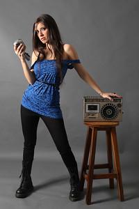 María Pura.  Cantante de Sónica, agrupación de Rock Venezolana, locutora y productora nacional independiente.  Sesión Músicos en la Radio para Todo en Domingo.