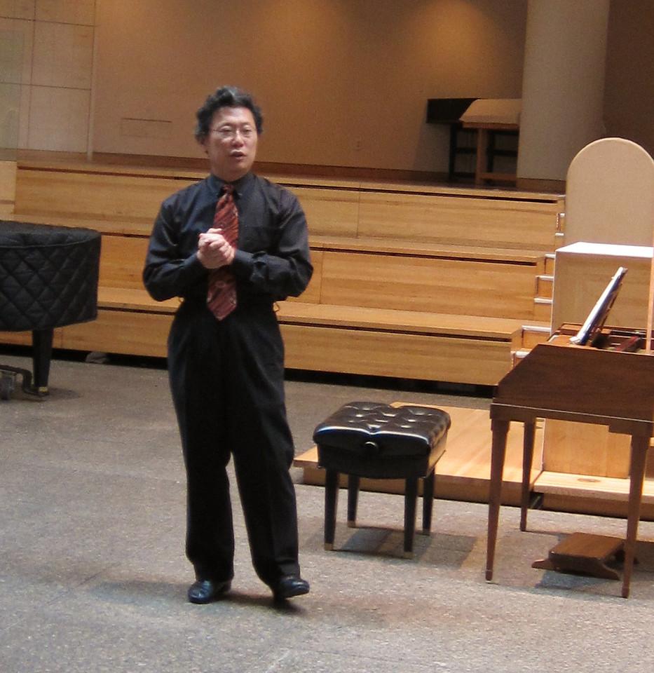 xMidtown Concerts_2012-10-24_Mozart_Dongsok Shin discussing Mozart's fortepiano_004