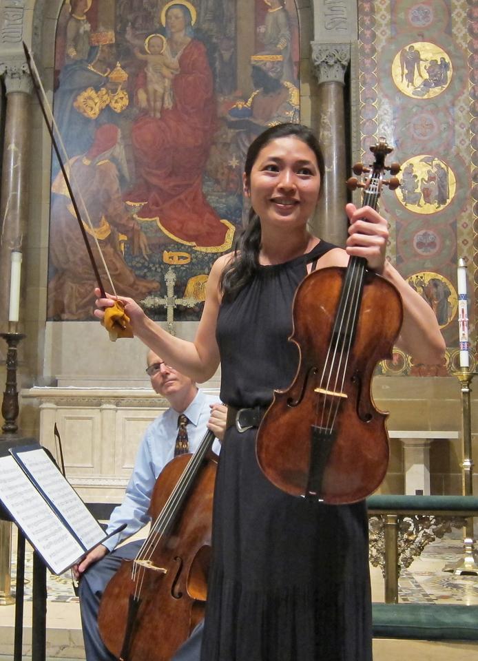 xNew York Classical Quartet_2014-05-22_Midtown Concerts_5325 _Chiu-Chen demonstrating her instrument