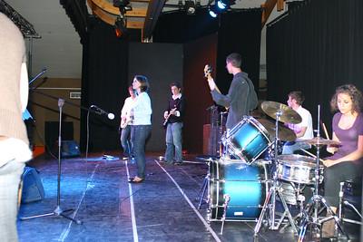 Ça pulse à l'APM ! Concert de l'atelier de musique actuelle et de ses professeurs. Ça bouge, ça danse, ça remue : bref, on passe une bonne soirée. Il suffit de regarder le public :-)